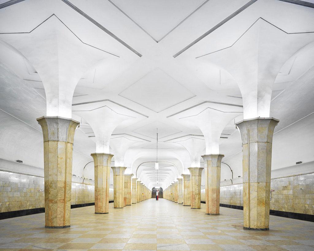 Ga Kropotkinskaya: Ga tàu điện ngầm này có kiến trúc vừa chuyên nghiệp, vừa tinh tế, với các hàng cột thưa và màu sắc hòa nhã.