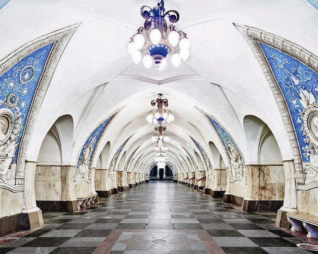 Ga Tanganskaya: Sự tương phản giữa màu xanh và màu trắng tạo vẻ đẹp ấn tượng cho ga Tanganskaya. Ga còn được trang trí bằng các phù điêu chân dung anh hùng thời chiến của Nga.