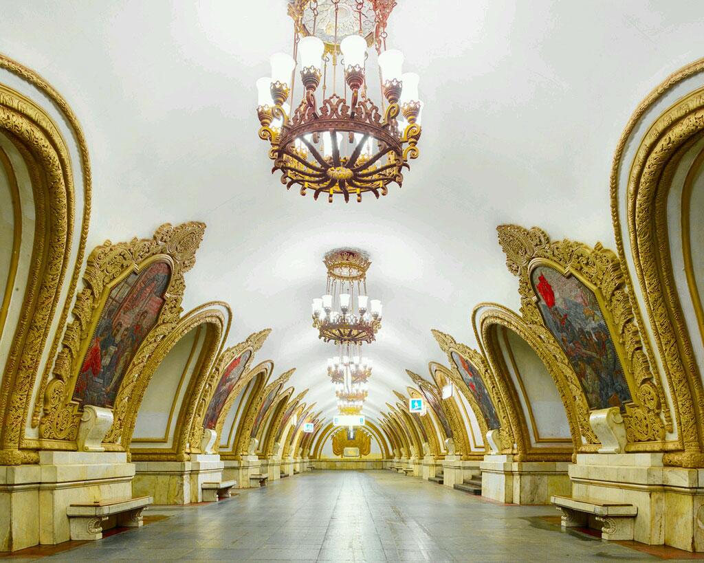 Ga Klyevsskaya: Các kiểu kiến trúc Baroque, Art Deco hay Futurist, cùng nhiều phong cách độc đáo khác được ứng dụng cho các nhà ga này. Ga Klyevsskaya có phong cách hoàng gia, với các họa tiết trang trí độc đáo, tỉ mỉ, như hành lang của một lâu đài.