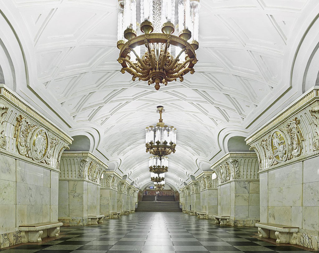 Ga Prospekt: Các cột đá được trang trí lộng lẫy và thiết kế mái vòm trang nhã tạo vẻ đẹp thanh lịch, cổ điển cho ga Prospekt.