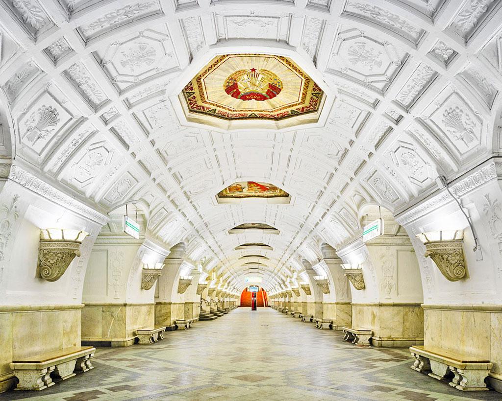 Ga Belorusskaya: Theo Burdeny, thông thường ga tàu có chức năng là địa điểm công cộng. Tuy nhiên, những ga như Belorusskaya được thiết kế và xây dựng với kiến trúc tuyệt mĩ.