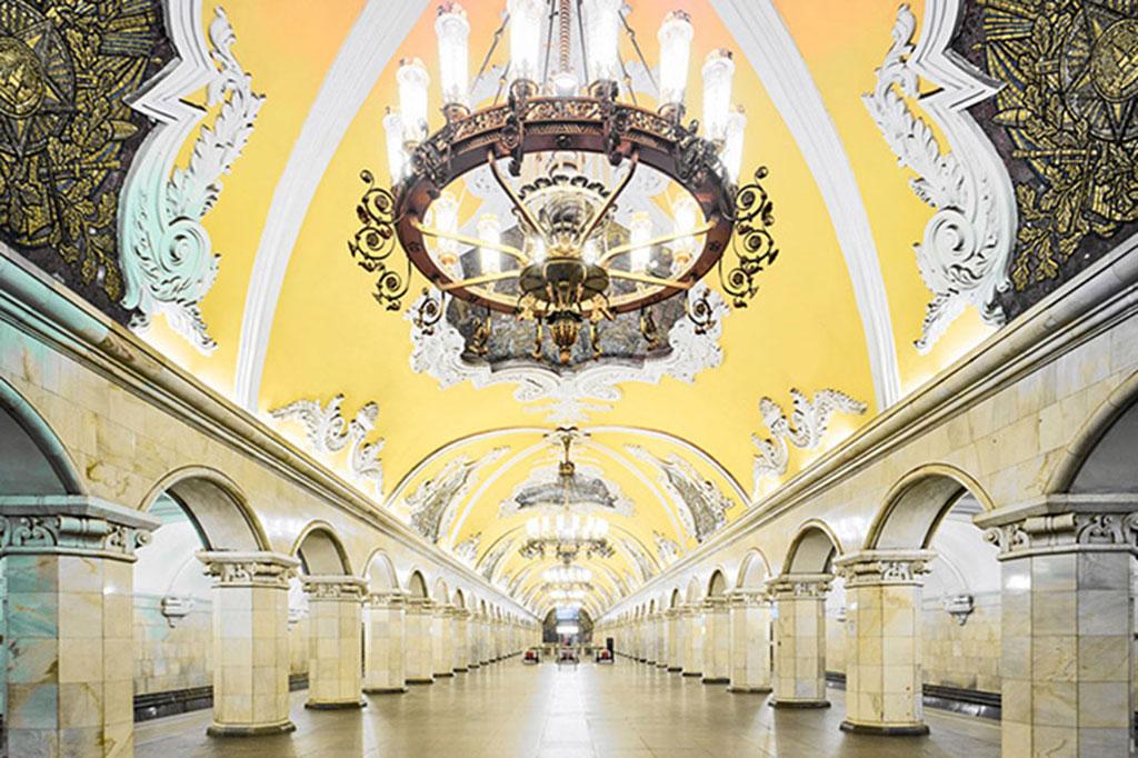 Ga Komsomolskaya: Ga tàu này có trần sơn màu vàng nổi bật, các hàng cột tinh tế tạo không gian rộng rãi, thông thoáng.