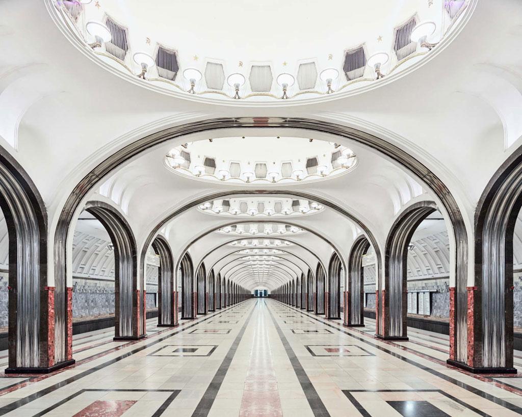 Ga Mayakovskaya: Mang kiến trúc hiện đại, ga Mayakovskaya vẫn giữ được những nét đặc trưng. Sự kết hợp màu sắc hài hòa đem lại cho ga vẻ đẹp ấn tượng, trang nhã.