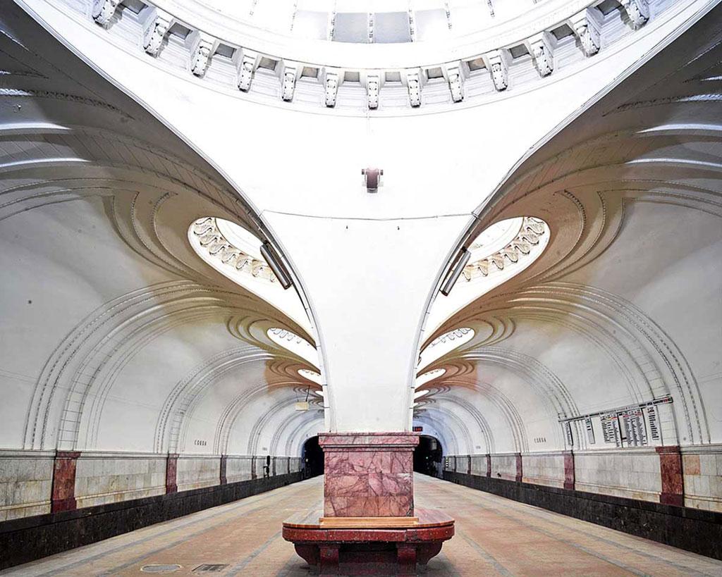 Ga Sokol: Burdeny đã chụp khoảng 20 ga tàu vào khoảng tối muộn hoặc sáng sớm, khi ga đã đóng cửa. Ga Sokol có hàng cột ở giữa, với các đường cong mềm mại, nghệ thuật.