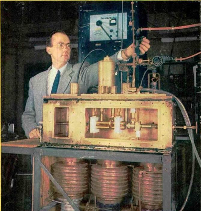 Charles Townes bên cạnh cỗ máy Maser do ông phát minh.