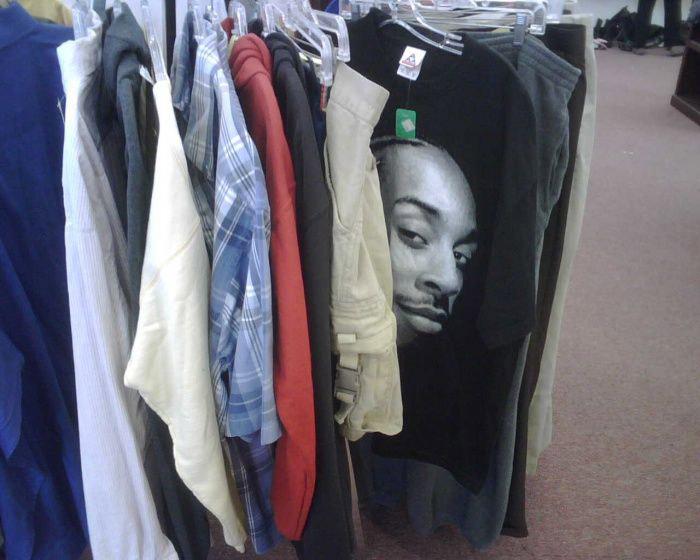 Cứ tưởng anh ló đầu ra từ đống quần áo, hóa ra là hình in trên áo phông.