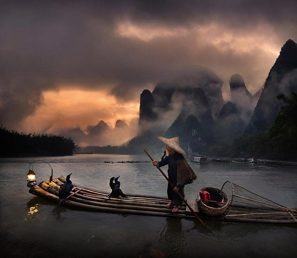 Ông già chèo thuyền trên sông Li, Quảng Tây, Trung Quốc như cảnh trong một bộ phim kiếm hiệp.