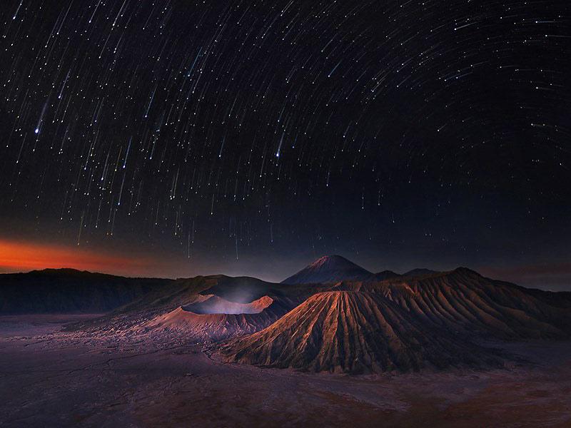 Bầu trời đêm ở vùng đất núi lửa Bromo, Indonesia.