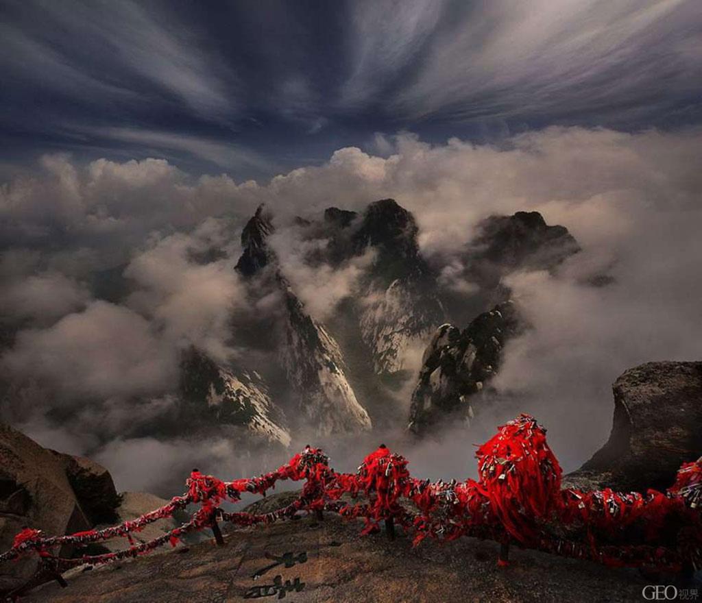 Làn sương trắng mờ ảo nhìn từ trên một đỉnh núi ở Trung Quốc