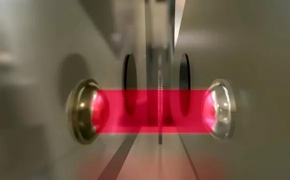 Nam châm điện xác định thành phần kim loại của đồng xu.