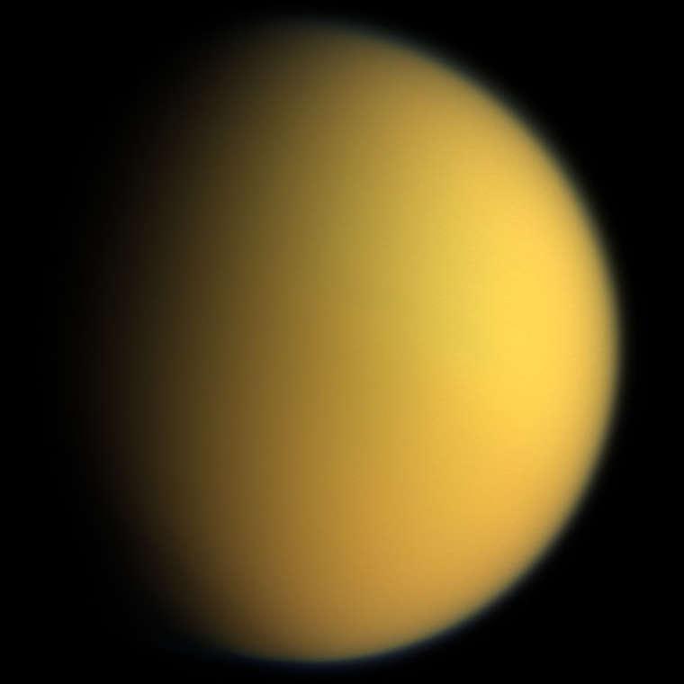 Màu sắc tự nhiên của Titan được quan sát từ tàu vũ trụ Cassini–Huygens.