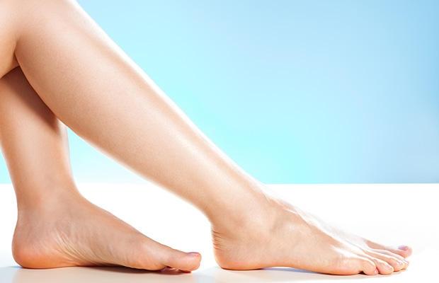 Khi có dấu hiệu nốt ruồi lớn dần hoặc có cảm giác lạ, đau ở chân thì bạn đang có nguy cơ mắc bệnh ưng thư ở chân.