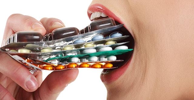 Con người đã và đang lạm dụng thuốc kháng sinh.