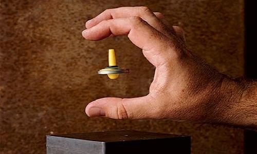 Một vật liệu nghịch từ bay lơ lửng trên nam châm.