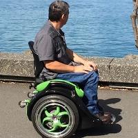 Xe lăn tự cân bằng, không cần dùng tay để điều khiển