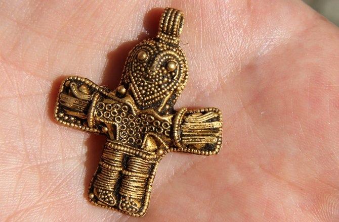 Mặt dây chuyền hình thánh giá cổ nhất ở Đan Mạch.