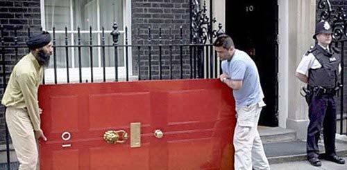 Đệ nhất phu nhân Anh Cheery Blair sơn đỏ cổng số 10 Phố Downing.