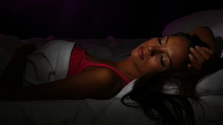 Nếu không thể ngủ trong bóng tối, hãy thay bóng đèn ngủ màu trắng xanh bằng bóng đèn ánh vàng, đỏ.