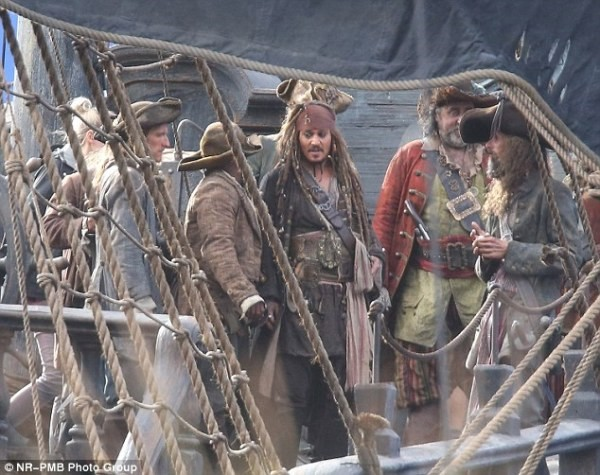 Bạn là thuyền trưởng của một nhóm cướp biển đang thảo luận cách chia vàng. Nếu dưới 50% số thành viên đồng ý với cách của bạn, bạn sẽ chết. Bạn nên đề nghị tỷ lệ chia như thế nào để nhận được phần nhiều nhưng vẫn sống sót?