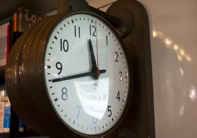 Trong một ngày, kim đồng hồ xếp chồng lên nhau bao nhiêu lần?