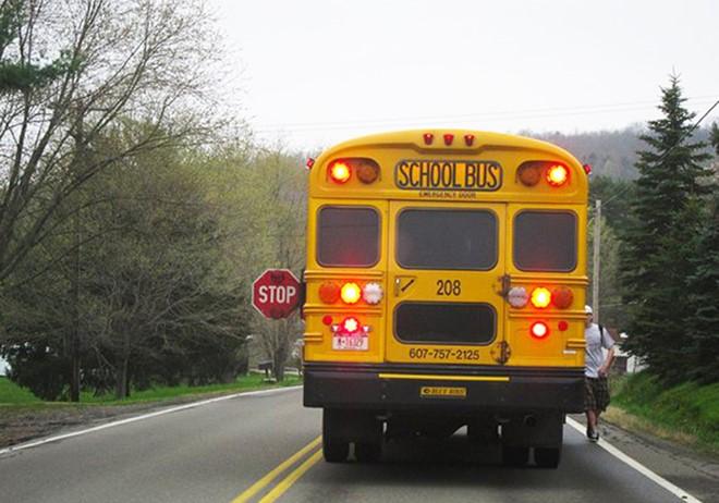 Cần bao nhiêu quả bóng golf để lấp đầy khoảng trống bên trong một chiếc xe buýt?