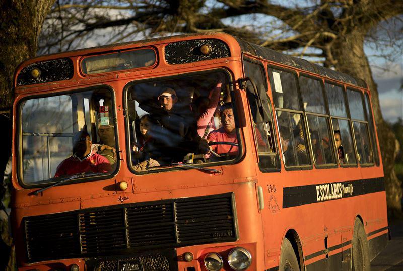 Xe buýt chở những người nông dân trong vùng lân cận đến trang trại làm việc.