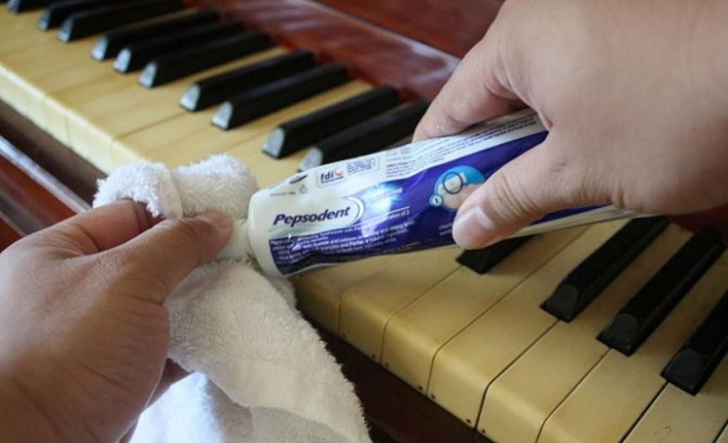 Các phím trên cây đàn piano có thể bị bẩn rất nhanh do tiếp xúc thường xuyên với các ngón tay. Đặt một lượng nhỏ kem đánh răng lên một miếng vải ướt và cẩn thận làm sạch các phím - bạn sẽ ngạc nhiên với độ hiệu quả nó mang lại.