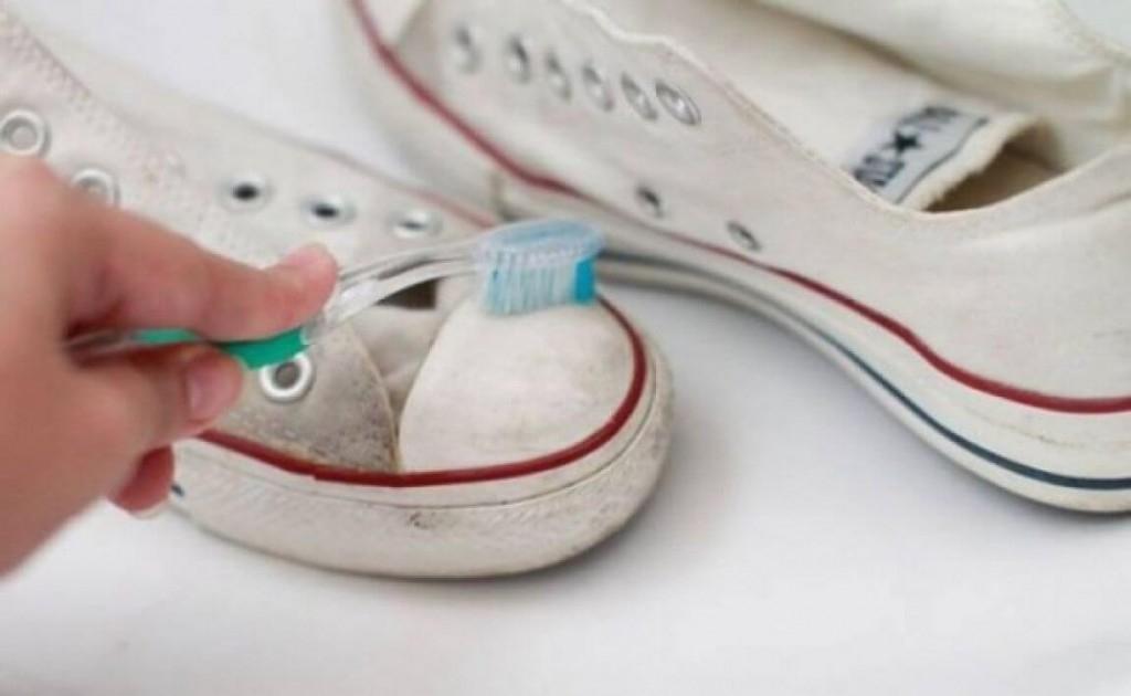Giày dép có đế màu trắng, như giày Converse có thể dễ dàng được làm sạch bằng kem đánh răng.