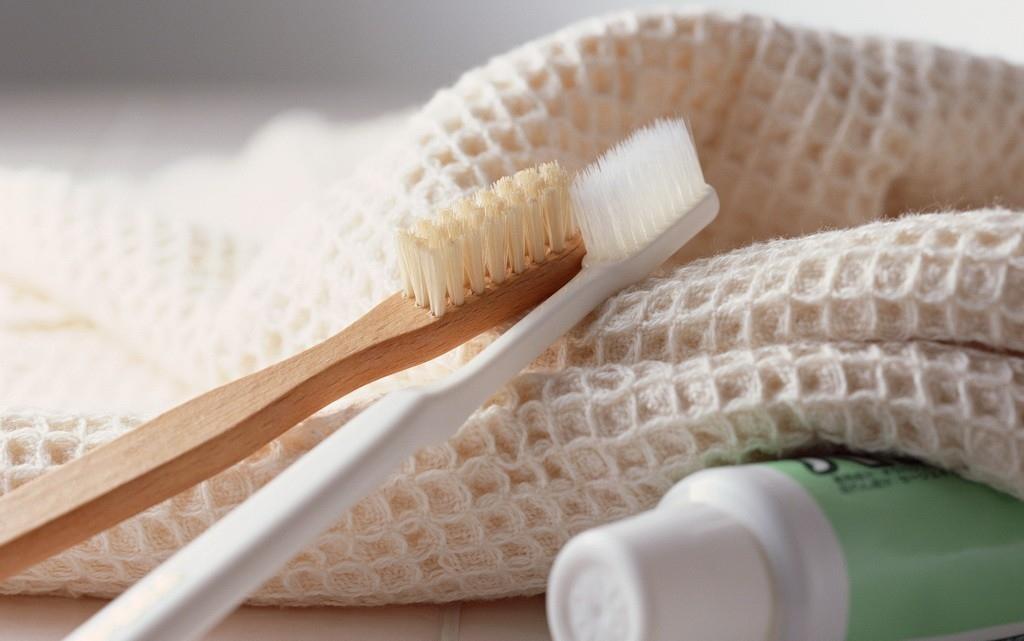 Kem đánh răng cũng rất hữu hiệu cho việc loại bỏ các vết bẩn trên quần áo, từ son môi trên áo đến nước sốt mì ống trên một tấm khăn trải bàn. Chỉ cần chà sát với một lượng nhỏ kem đánh răng và để một lúc trước khi giặt.