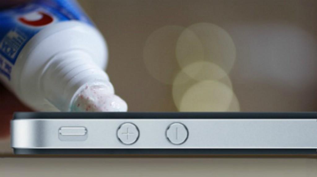 Màn hình của điện thoại thông minh có thể bị trầy xước rất nhanh nếu bạn không có màng bảo vệ. Đặt một ít kem đánh răng trên một miếng vải, sau đó cẩn thận chà xát nó trên vết trầy xước. Sau đó lau khô màn hình