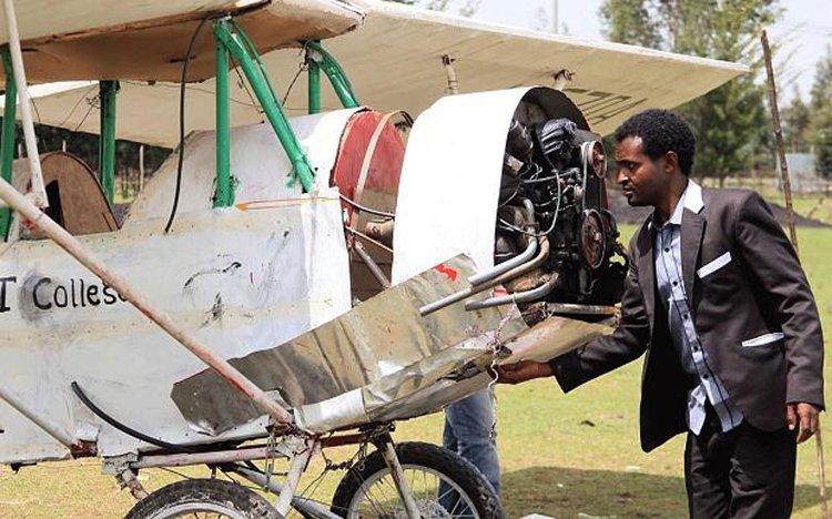 Asmelash Zerefu bên cạnh chiếc máy bay của mình.