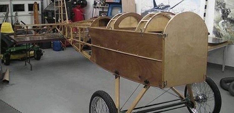 Ông thu thập vật liệu từ các gara ô tô và xưởng cơ khí để chế tạo máy bay.