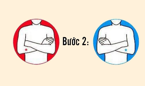 Khoanh hai tay trước ngực.