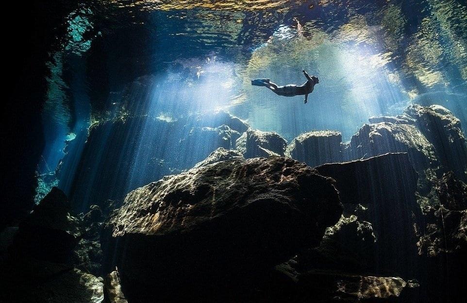 Terry Steeley cũng giành được giải bạc trong hạng mục khác với tấm ảnh này. Bức ảnh chụp một người đang bơi rất khoan thai và tự do trong lòng một hồ nước trong vắt tại Mexico.