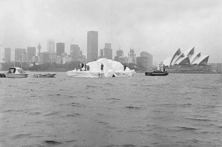 Tháng 4/1978, một chiếc sà lan chở tảng băng khổng lồ xuất hiện tại cảng Sydney.