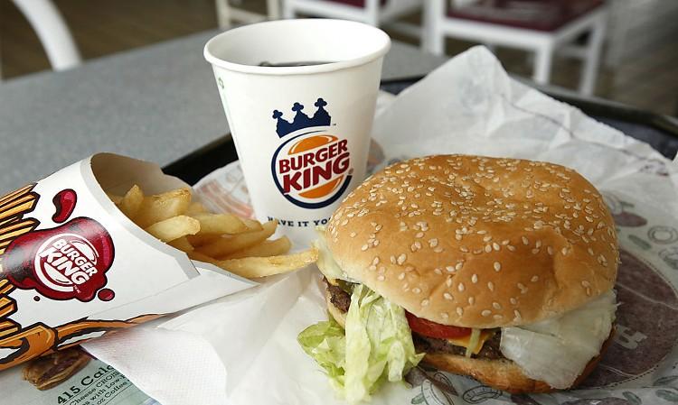 Vào năm 1998, Burger King đã đăng một quảng cáo cho biết hãng đang chuẩn bị cho ra mắt một loại bánh đặc biệt dành cho người thuận tay trái.