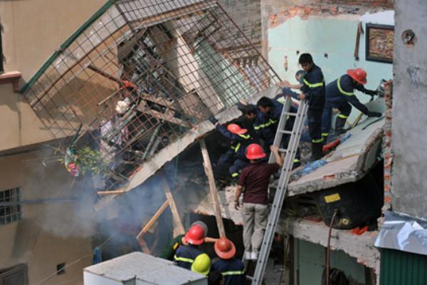 Một ngôi nhà ở Hà Nội đổ sập sau vụ nổ do rò khí ga.
