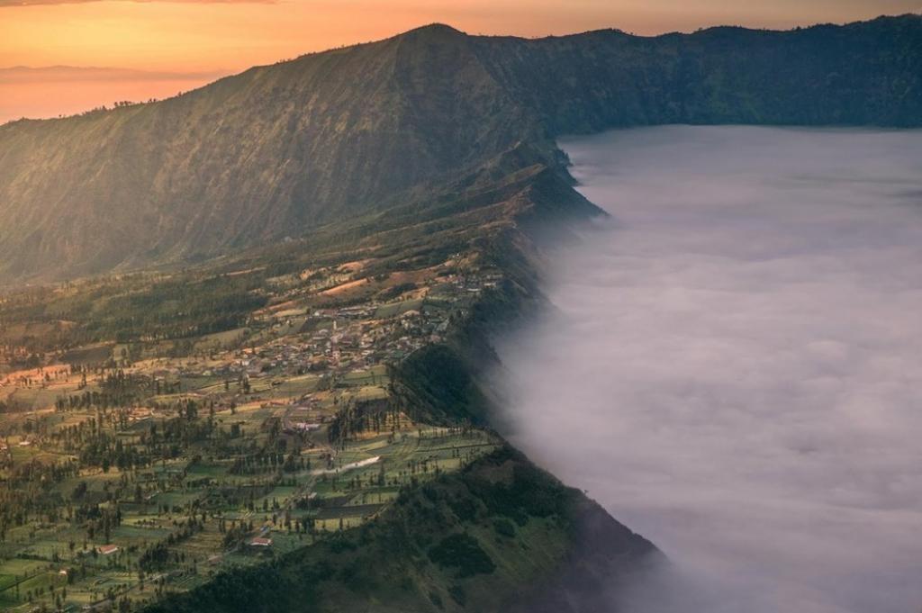 Ánh sáng buổi sớm ở Cemoro Lawang, Indonesia.