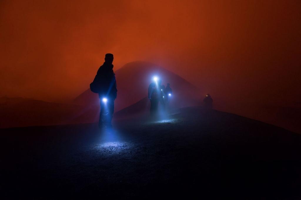 Những du khách trở về sau hoạt động của núi lửa Tolbachik ở Nga.