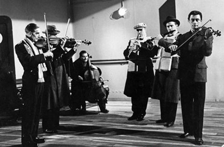 Hình ảnh ban nhạc trên tàu Titanic được tái hiện lãng mạn trên phim.