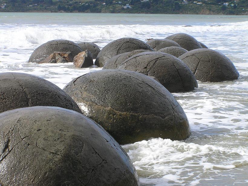 Tảng đá Moeraki ở New Zealand.
