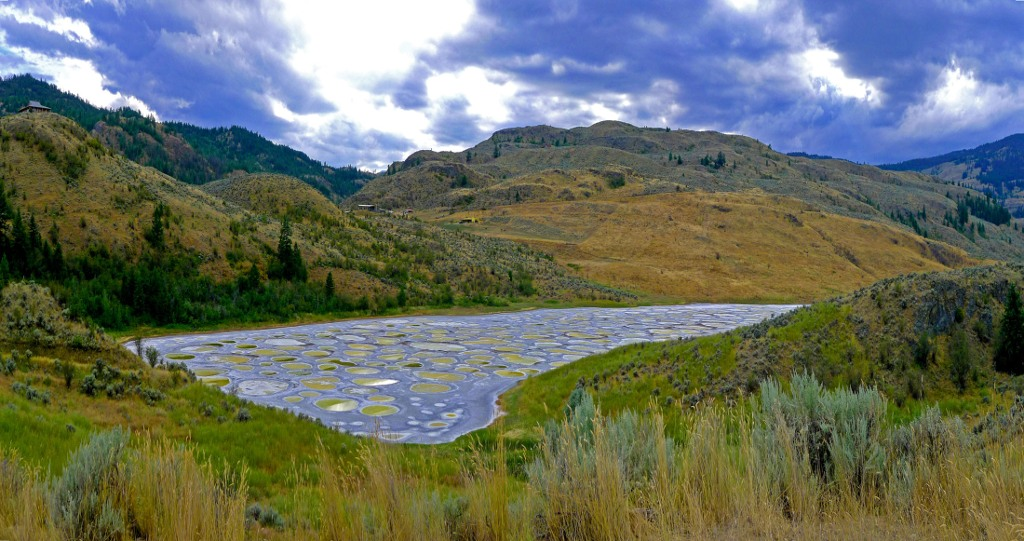 Hồ đốm loang Spotted Lake ở Canada.