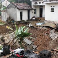 Hố tử thần xuất hiện ở Hà Nội, nhiều hộ dân phải sơ tán