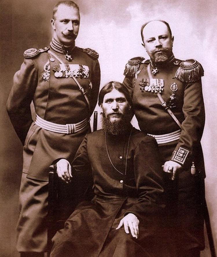 Rasputin (ở giữa) từng là một thầy tu được trọng vọng dưới vương triều của nhà Romanov.