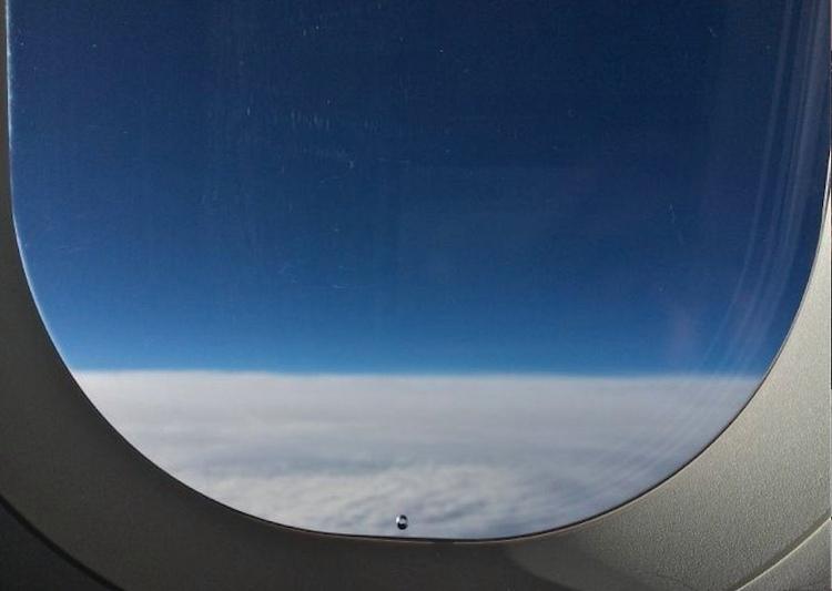 Chiếc lỗ nhỏ nhưng đóng vai trò quan trọng trên cửa sổ máy bay
