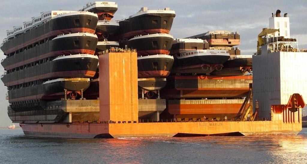 Đây là MV Blue Marlin, một con tàu hạng nặng, lớn nhất và mạnh nhất thế giới, công suất tối đa 75.000 tấn.