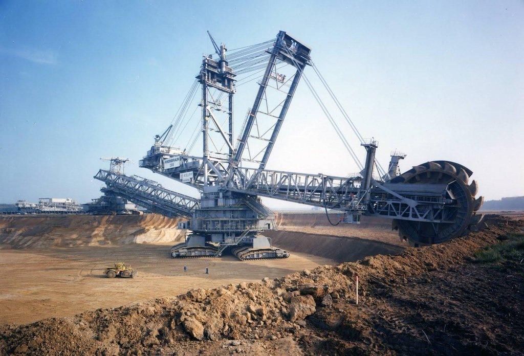 Bagger 288 là một máy xúc 13 500 tấn, dài 240 mét và cao 96 mét và có khả năng xử lí khoảng 240 000 tấn đất cát mỗi ngày.