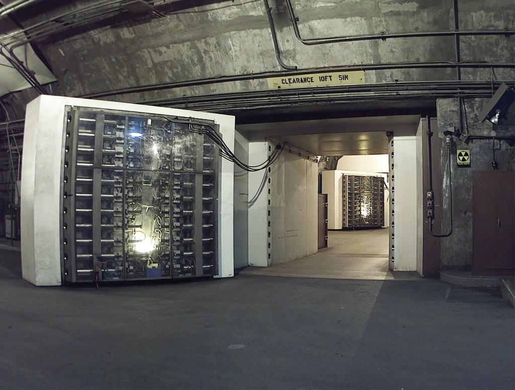 Một hầm nằm 600 mét dưới lòng đất gần Colorado Springs, Cheyenne Mountain, có khả năng đối phó với các vụ nổ hạt nhân.