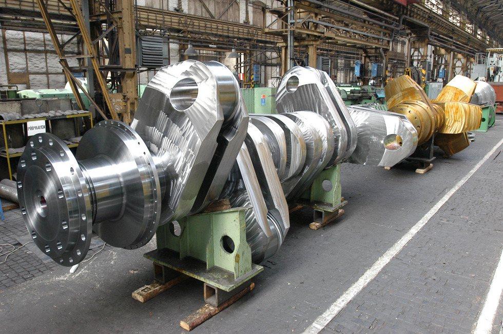 Một động cơ diesel 100 000 HP piston, nặng 300 tấn, vận tải biển.