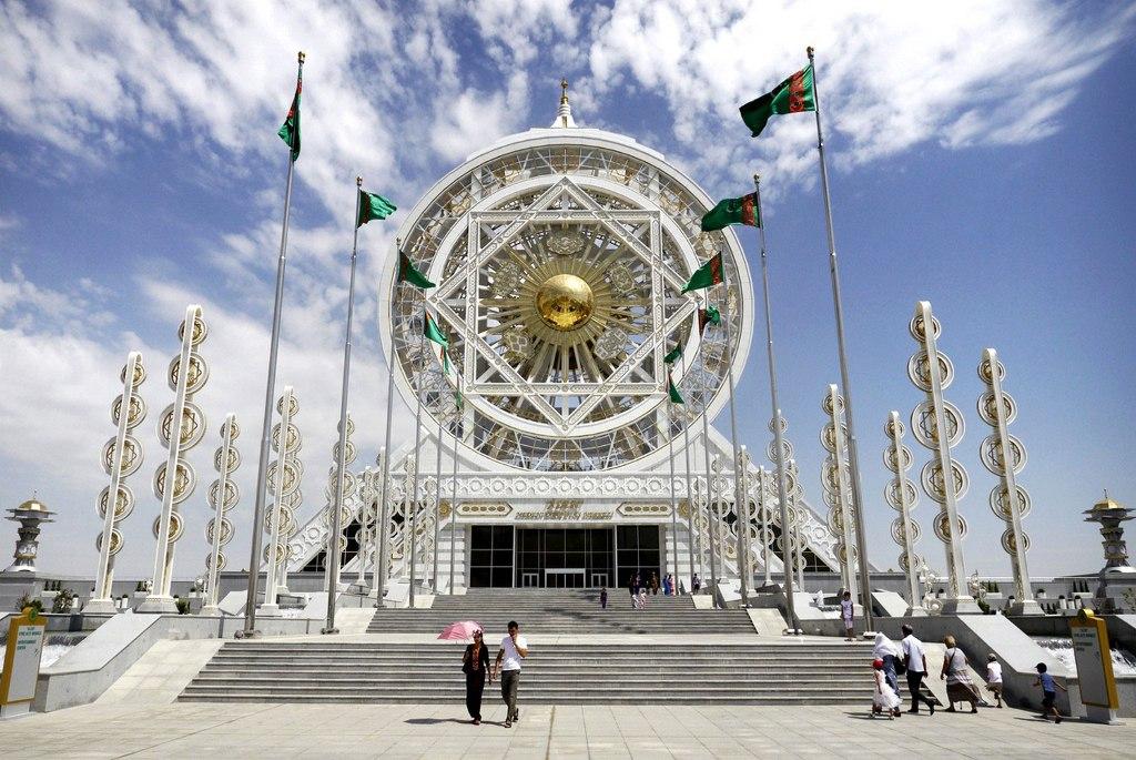 Một cái bánh xe khổng lồ ở ở Ashgabat, Turkmenistan. Được xây dựng bởi Tổng thống Berdymukhamedov, nó cao 47,6 mét và có 24 cabin. Chi phí: khoảng 80 triệu USD.